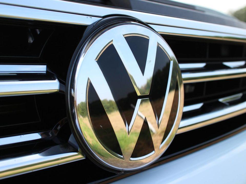 VW-Zeichen nah.