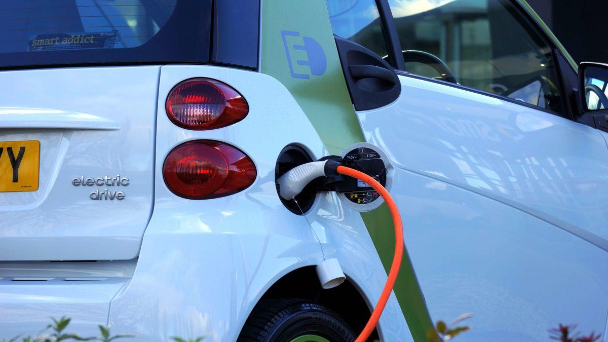 Elektroauto welches an einer Ladestation angeschlossen ist.