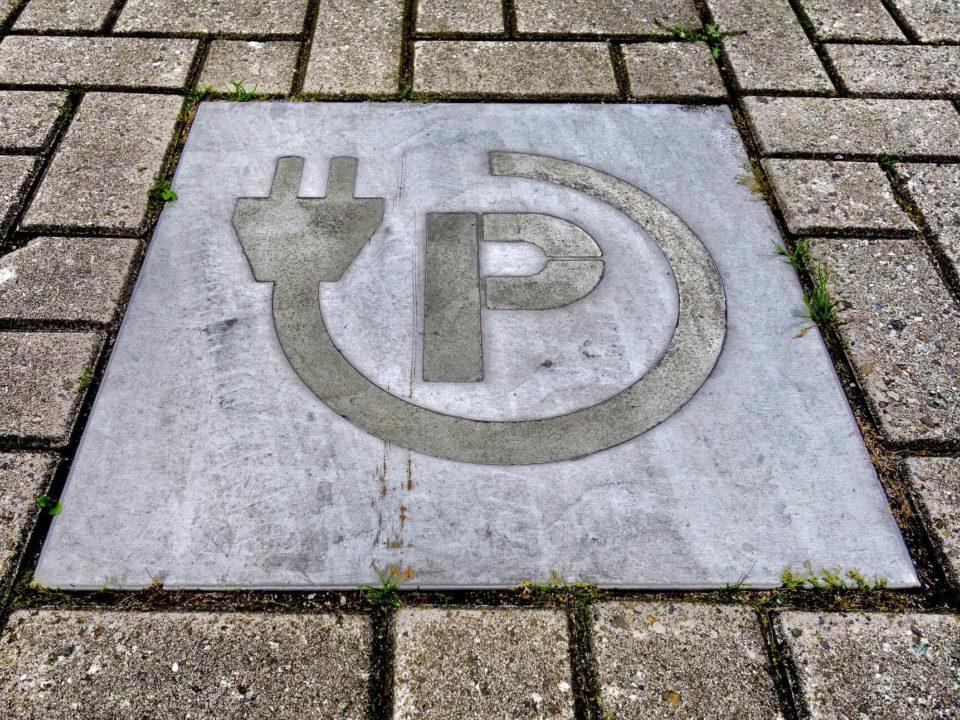 Parkzeichen im Boden für eine Auto-Elektroladestation