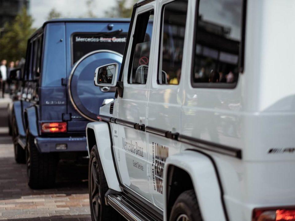2 Mercedes-Jeeps fahren auf einer Straße