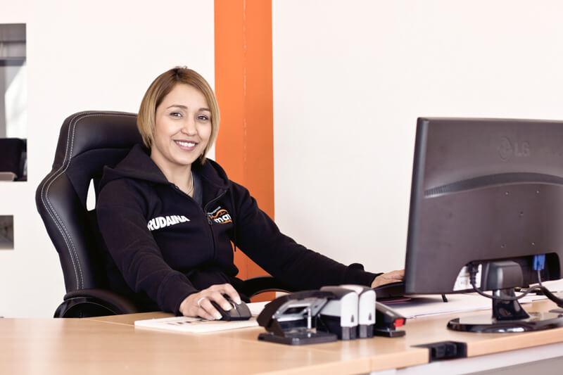 Rudaina Amawi sitzt am Schreibtisch in einem Büro.