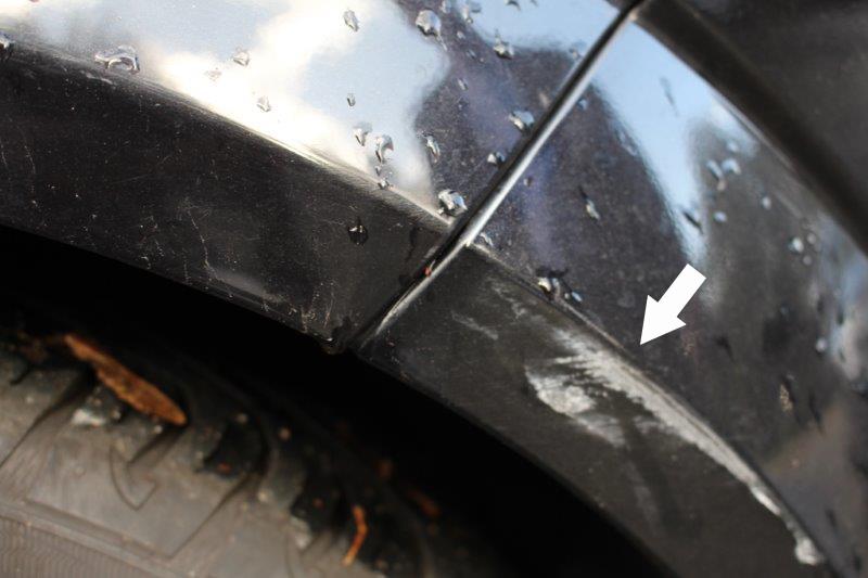 Lackschaden am Auto über den Autoreifen.