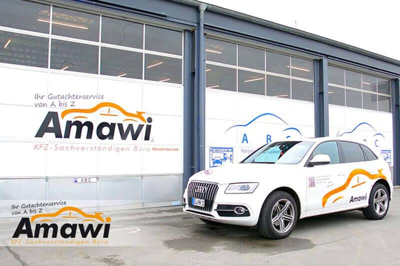 Weisser Firmenwagen steht vor dem Gutachterbüro Amawi