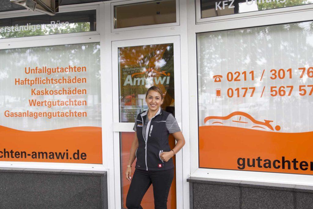 Kfz-Gutachterin Rudaina Amawi steht vor ihrem Büro.