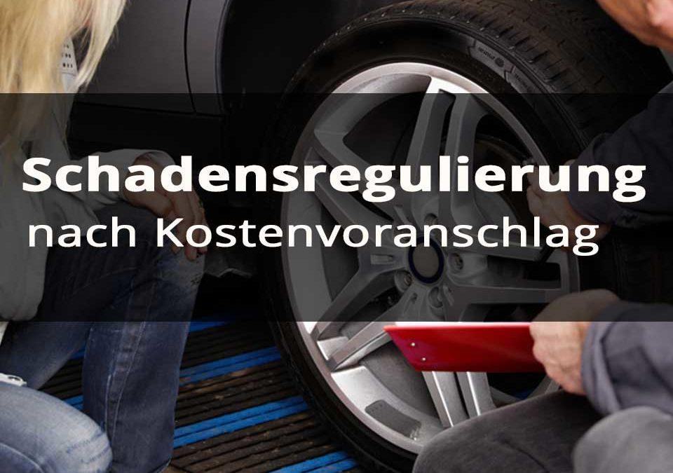 Gutachter erstellt vor Auto einen Kostenvoranschlag