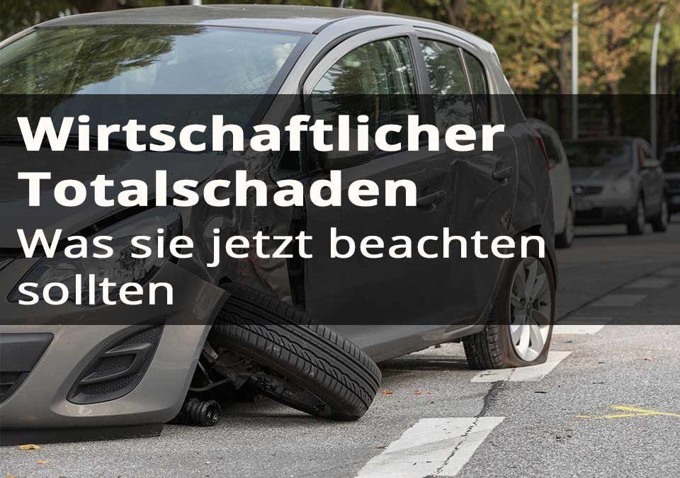 Wirtschaftlicher Totalschaden bei einem Auto auf der Straße