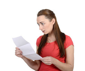 Frau mit Rechnung in der Hand