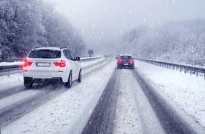 Autos beim Bremsen im Winter