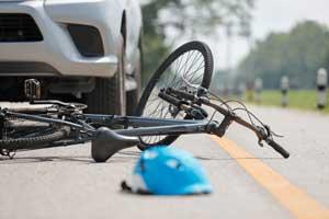 Fahrrad und Helm liegen am Boden nach Unfall