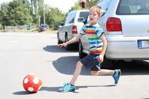 Kind läuft auf Strasse und verursacht Unfall