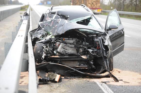 Totalschaden am Auto auf der Autobahn