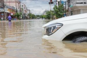 Fahrendes Auto durch Hochwasser